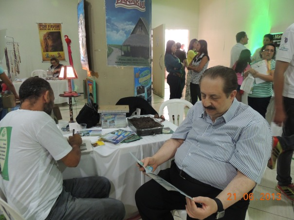 Com Sabetai Calderoni, assinando os livros do sítio para o pesquisador.